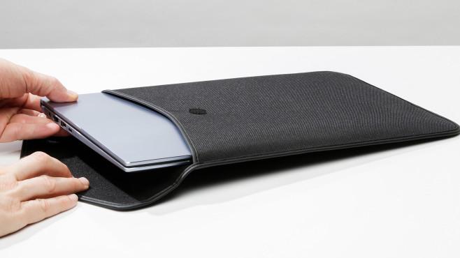 Hand zieht Asus ZenBook 14 aus mitgelieferter Tasche©COMPUTER BILD