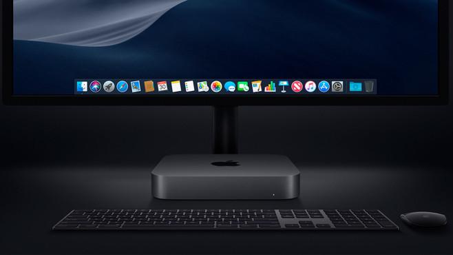 Mac mini steht in dunkler Umgebung vor einem Monitor©Apple