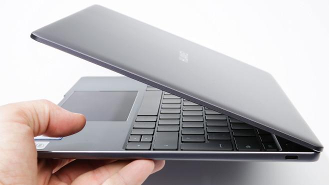 Hand hält das zur Hälfte geöffnete Huawei MateBook (2020)©COMPUTER BILD