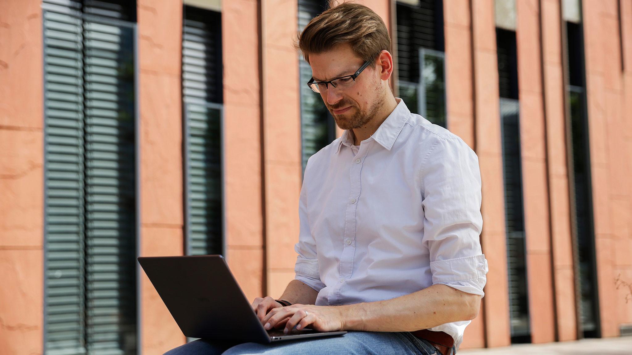 Redakteur arbeitet draußen mit dem Huawei MateBook (2020)©COMPUTER BILD