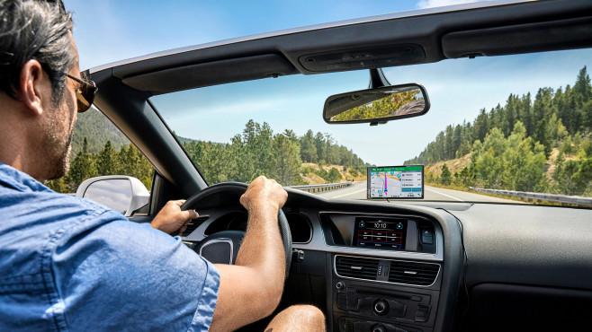 Mann im Auto mit Garmin Drive©Garmin