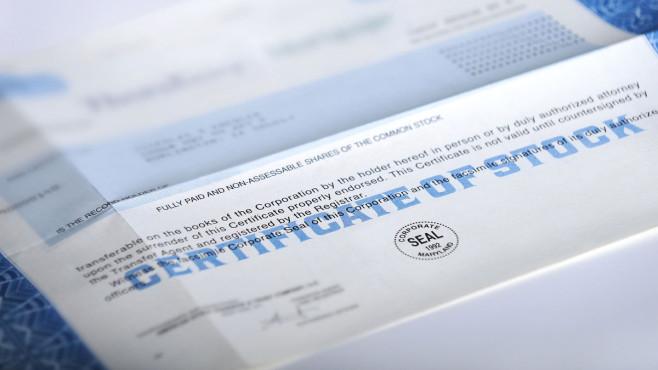 Wertpapierkennnummer: Das steckt hinter der WKN Genau hinschauen: An der Börse hat jedes Wertpapier eine Identifikationsnummer, in Deutschand ist diese Nummer die WKN.©iStock.com/niknikon