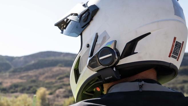 Sena 50S an einem Motorradhelm befestigt©Sena