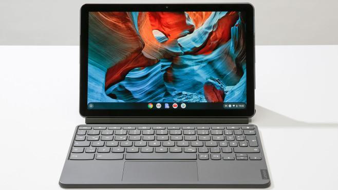 Das Lenovo IdeaPad Duet Chromebook steht auf einem Tisch vor grauem Hintergrund.©COMPUTER BILD