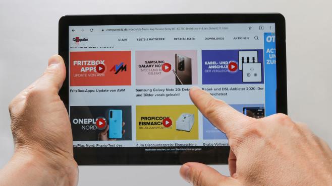 Hände halten das Lenovo IdeaPad Duet Chromebook.©COMPUTER BILD