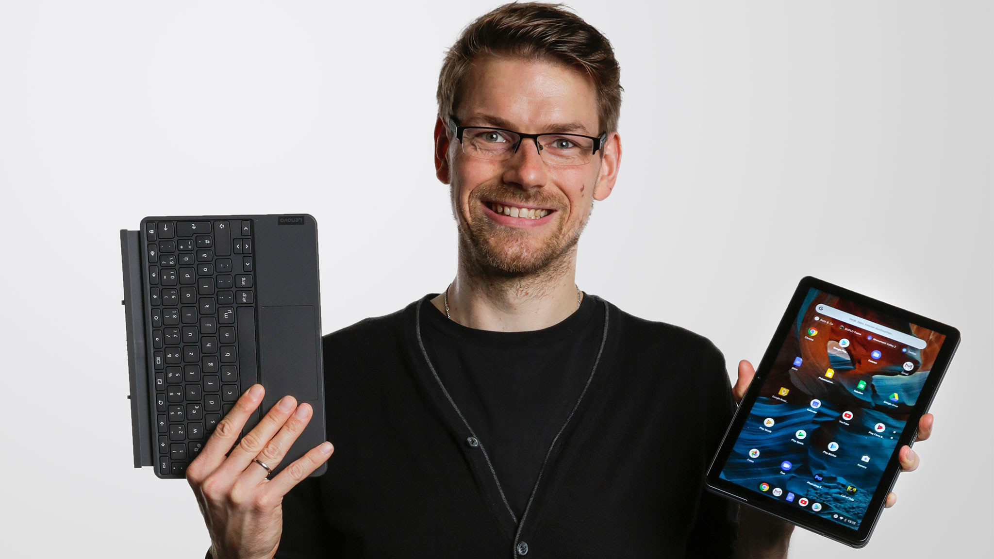 Redakteur hält das Lenovo IdeaPad Duet Chromebook und die Tastatur.©COMPUTER BILD