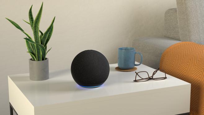 Amazon Echo steht auf einem Tisch.©Amazon