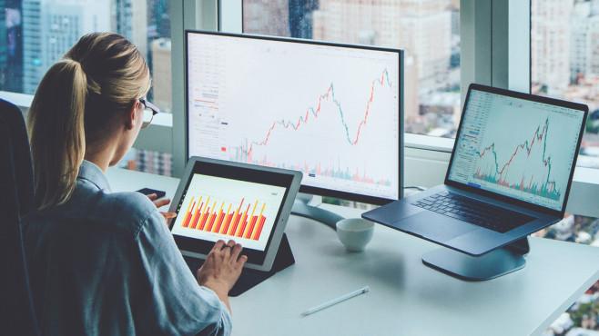Welcher Anbieter ist am besten? Bevor man Teil des Börsengeschehens werden kann, steht die Auswahl eines passenden Online-Brokers.©iStock.com/GaudiLab