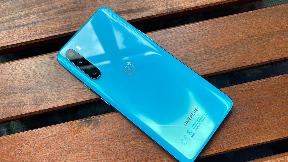 Rückseite des OnePlus Nord in Blue Marble