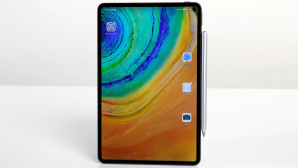 Huawei MatePad Pro steht auf einem Tisch vor grauem Hintergrund.©COMPUTER BILD