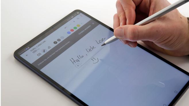 Hand schreibt mit Stylus auf das Display des Huawei MatePad Pro©COMPUTER BILD