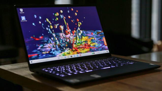 Lenovo Yoga Slim 7 steht auf einem Schreibtisch vor grauem Hintergrund?©COMPUTER BILD