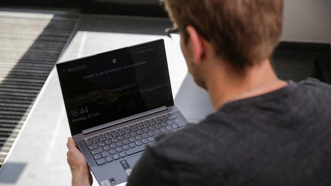 Redakteur schaut auf den Bildschirm des Lenovo Yoga Slim 7.©COMPUTER BILD