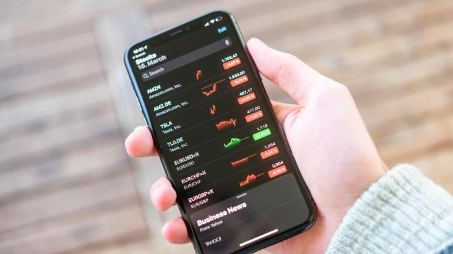 Welche Börsen-App passt zu mir? Mit einer Aktien-App können Sie den Aktienhandel an der Börse auf dem Smartphone verfolgen.©Valentin Wolf/imageBROKER/ddp images