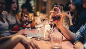 Menschen im Restaurant©pexels.com/Helena Lopes