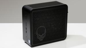 Der Intel Ghost Canyon NUC9i9QNX steht auf einem Tisch vor grauem Hintergrund.©COMPUTER BILD