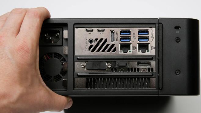 Eine Hand greift den Intel Ghost Canyon NUC9i9QNX.©COMPUTER BILD