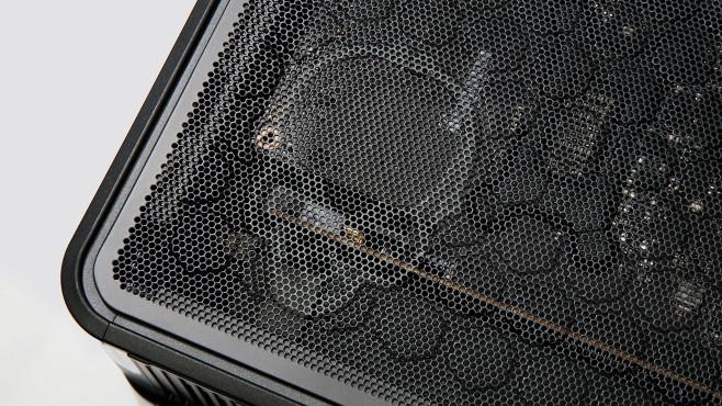 Nahaufnahme des Totenkopf-Logos auf dem Gehäuse des Intel Ghost Canyon NUC9i9QNX©COMPUTER BILD