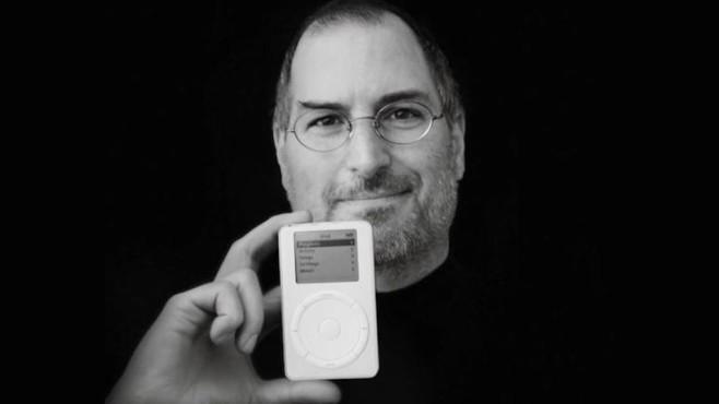 Steve Jobs mit dem ersten iPod©Apple