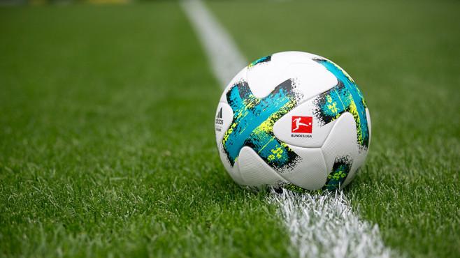 Fußball mit Bundesliga-Logo©DFL
