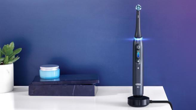Oral-B iO, Bürste auf Ladestation©Oral-B, Procter & Gambel