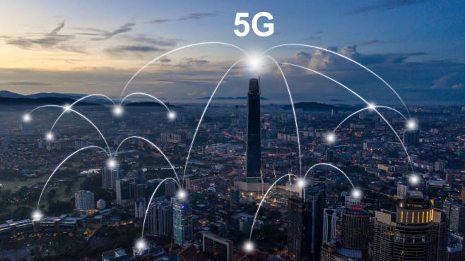 Schaubild: 5G-Netz in einer Stadt©gettyimages.de / Waitforlight