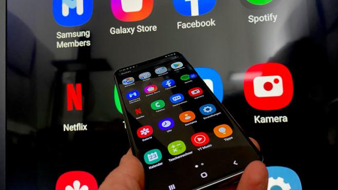 Mit senkrecht gestelltem Bildschirm zeigt The Sero von Samsung das gespiegelte Smartphone-Display©COMPUTER BILD