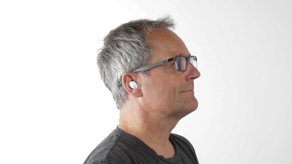 Im Test der Samsung Galaxy Buds Live gefiel der sichere Halt im Ohr.