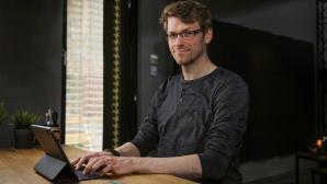 Redakteur sitzt am Schreibtisch und tippt auf dem Apple Smart Keyboard Folio.©COMPUTER BILD