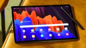 Samsung Galaxy Tab S7 liegt mit eingeschaltetem Display auf einem Stuhl©Samsung