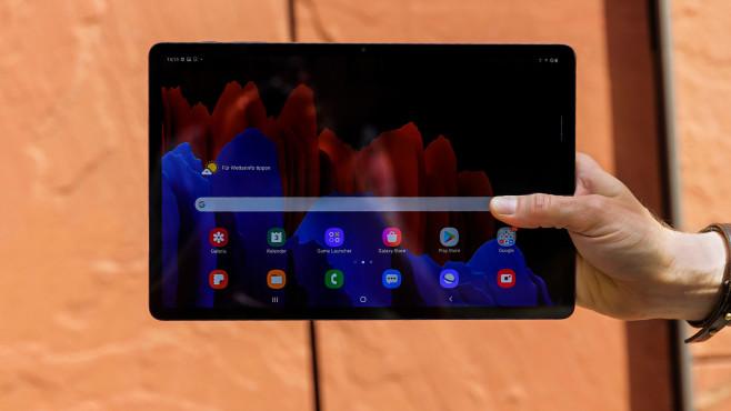 Hand hält das Galaxy Tab S7+.©COMPUTER BILD
