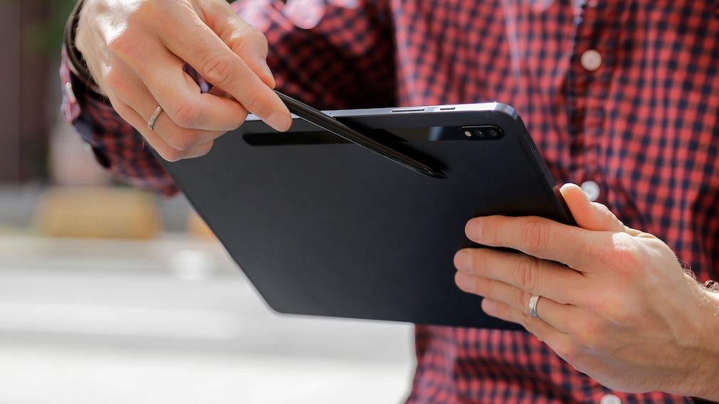 Hand verstaut den S Pen auf der Rückseite des Samsung Galaxy Tab S7+.