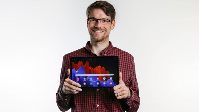 Redakteur hält das Galaxy Tab S7+ mit dem Display nach vorn.©COMPUTER BILD