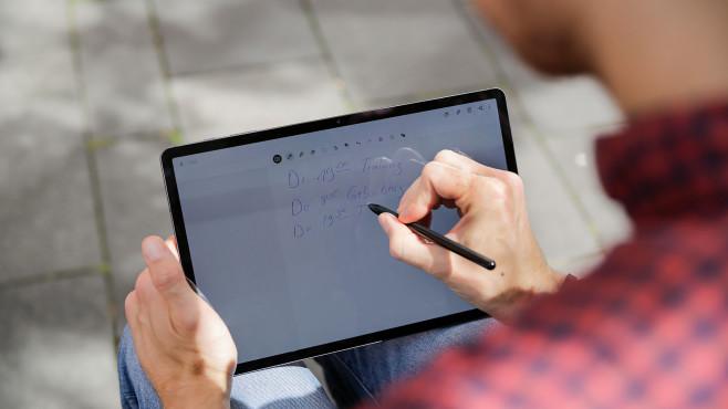 Redakteur notiert Dinge mit dem S Pen auf dem Galaxy Tab S7+.©COMPUTER BILD