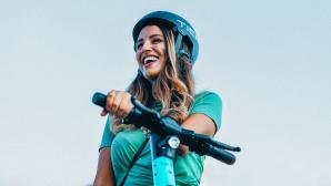 Frau auf einem Tier-E-Scooter©Tier