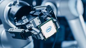 Roboterarm mit Intel-Cip©Intel, iStock.com/gorodenkoff
