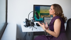 Frau spricht Podcast ein©Christina Morillo/pexels