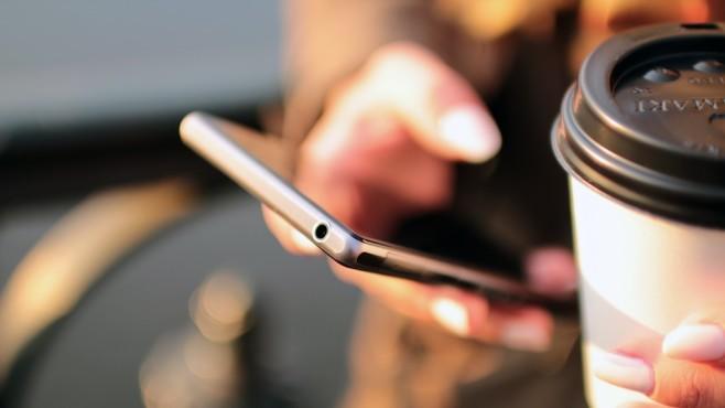 Frau hält Smartphone in der Hand©pexels