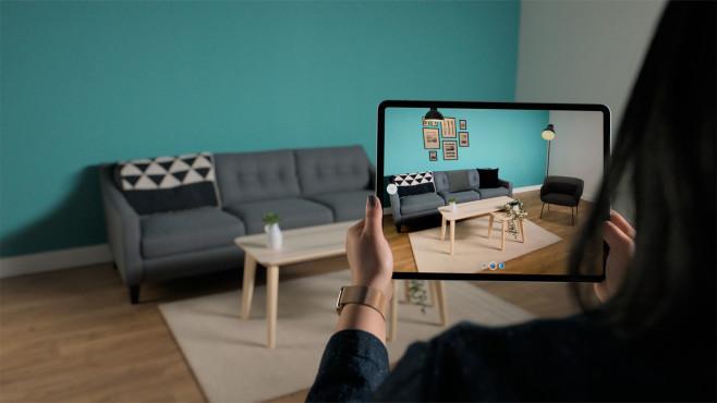 Frau hält das iPad Pro 2020, es läuft eine Augmented-Reality-App©Apple