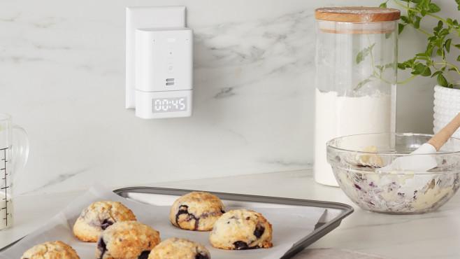 Der Amazon Echo Flex hängt mit integrierter Smart Clock in der Küche©Amazon