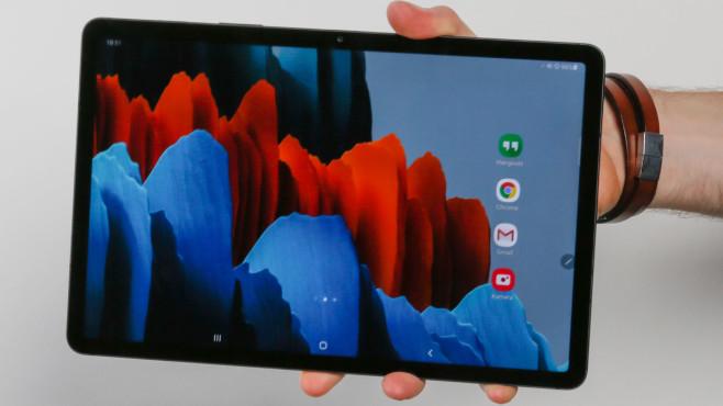 Hand hät das Samsung Galaxy Tab S7.©COMPUTER BILD