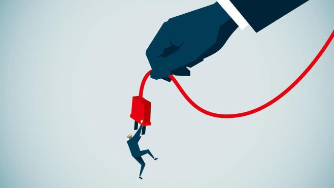 Grafik: Hand hält Kabel mit Stecker, an dem ein Mann hängt©gettyimages.de / erhui1979