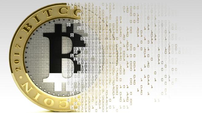 Bitcoin-Münze löst sich in Binärcode auf©gettyimages.de / Mark Garlick / Science Photo Library