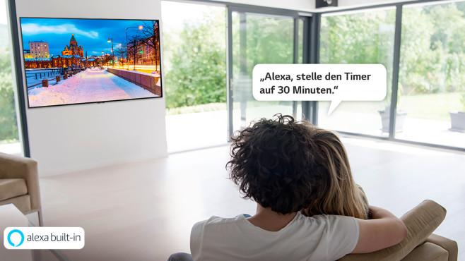 Pärchen steuert einen LG-Fernseher per Amazon-Alexa-Phrase©LG Electronics