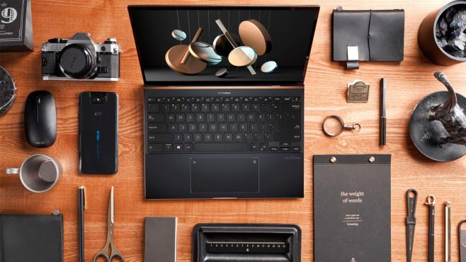 Das Asus ZenBook S (UX393) auf einem Tisch neben zahlreichen Utensilien.©Asus