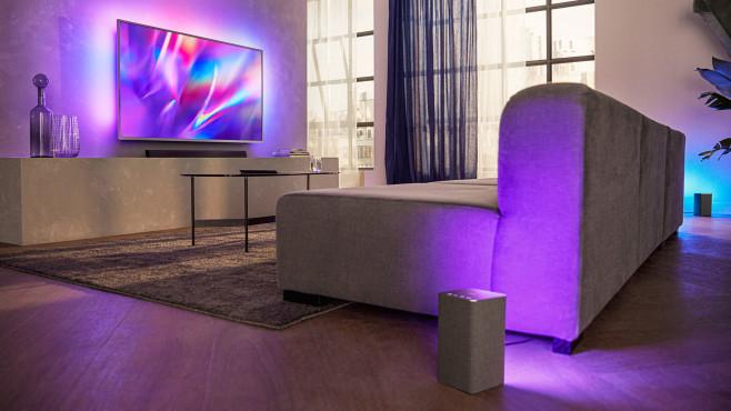 Philips W6205 und W6505: Mit Ambilight gegen Sonos Und abends mit Beleuchtung: In den neuen WLAN-Lautsprechern Philips W6205 und W6505 sind mehrfarbige LED-Leuchtmittel eingebaut. In Kombination mit Philips-Fernsehern leuchten die synchron zu dessen Ambilight.©Philips