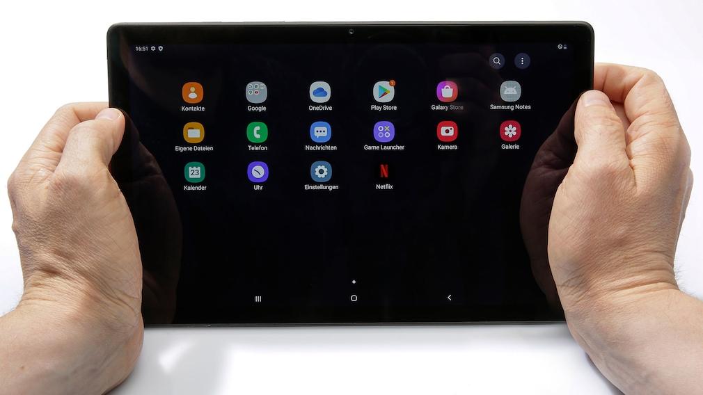 Hände halten Samsung Galaxy Tab A7.