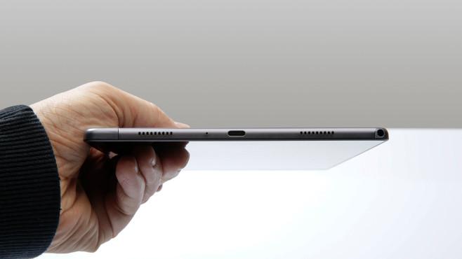 Hand hält das Samsung Galaxy Tab A7.©COMPUTER BILD