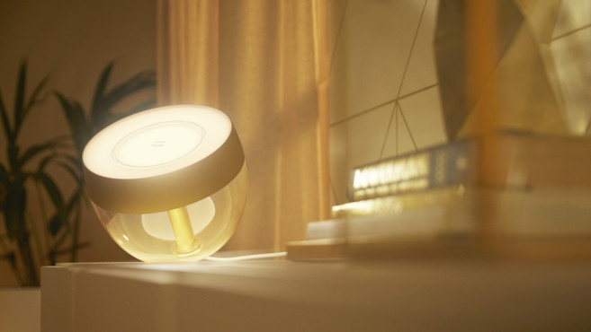 Philips Hue Iris strahlt in Gold©Philips Hue, Signify