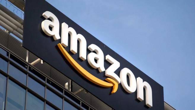 Amazon-Logo an einem Gebäude in Großaufnahme©Amazon